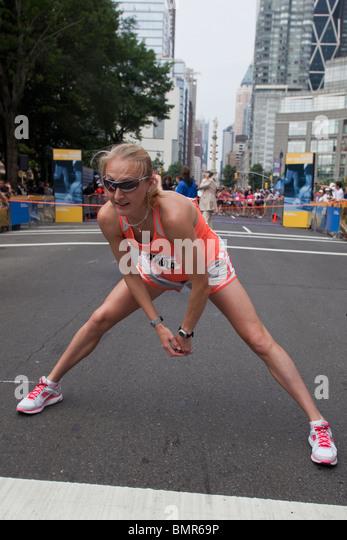 Eine schwangere Paula Radcliffe (GBR) dehnen vor dem Beginn der 2010 New York Mini 10K. Stockbild