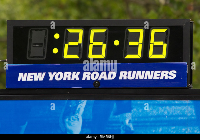 Uhr bei der Frau ist nur 2010 NY Mini 10K Stockbild