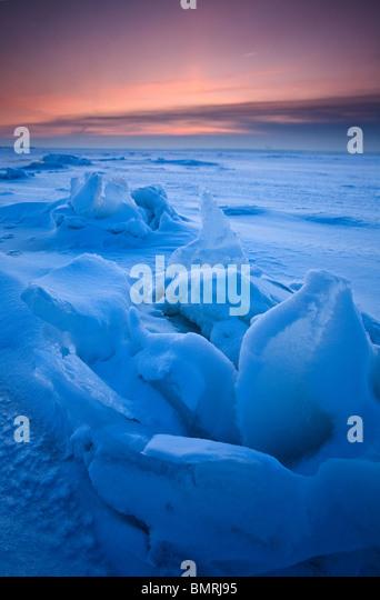 Eis-Skulpturen auf dem zugefrorenen Meer bei Larkollen in Rygge Kommune, Østfold Fylke, Norwegen. Stockbild