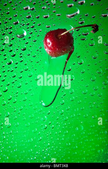 Benetzen Sie Sweet Cherry mit Wassertropfen. Stockbild