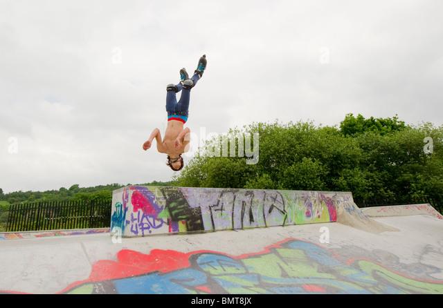 Inline-Skater in Aktion bei speziell dafür gebauten Skatepark in Leigh on Sea, Essex, England. Stockbild