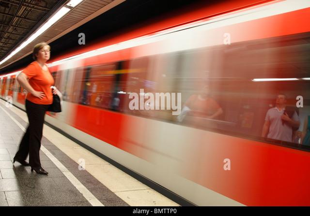 Frau auf der Plattform der S-Bahn station Stockbild