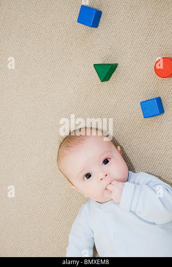 Baby und Bausteine Stockbild