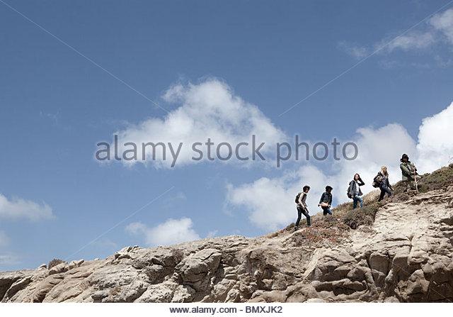 Junge Menschen wandern in einer Linie Stockbild