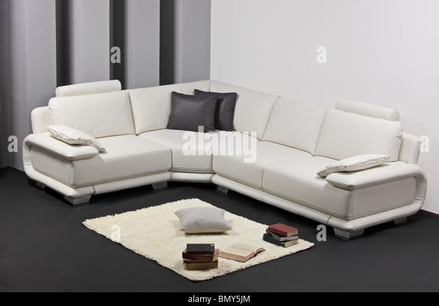 Eine moderne minimalistische Wohnzimmer mit Möbeln Stockbild