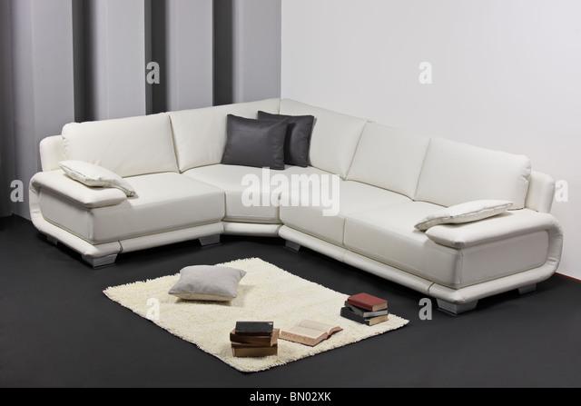 Einem modernen minimalistischen Wohnzimmer mit weißen Möbeln Stockbild