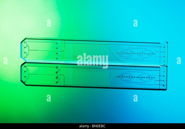 Mikrofluidische Ätzglas haarfeinen Chip mischen Mutiple Fluidströme von Flüssigkeiten in Mikro- und Stockbild