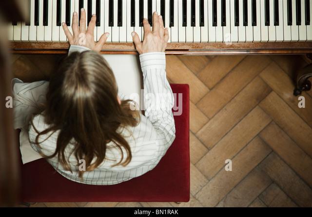 Frau spielt Klavier Stockbild