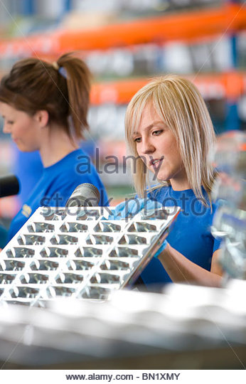 Arbeiter Bohren Aluminium Leuchten im Werk Stockbild
