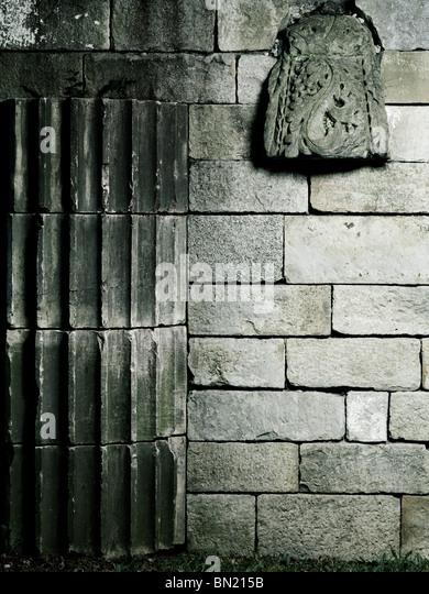 Alte Steinmauer mit architektonischen Details künstlerischen Hintergrund Stockbild