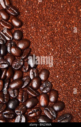 braune Kaffeesatz als Hintergrund angeordnet Stockbild