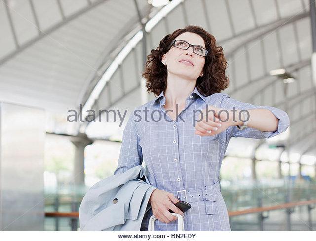 Überprüfen der Zeit Geschäftsfrau Stockbild