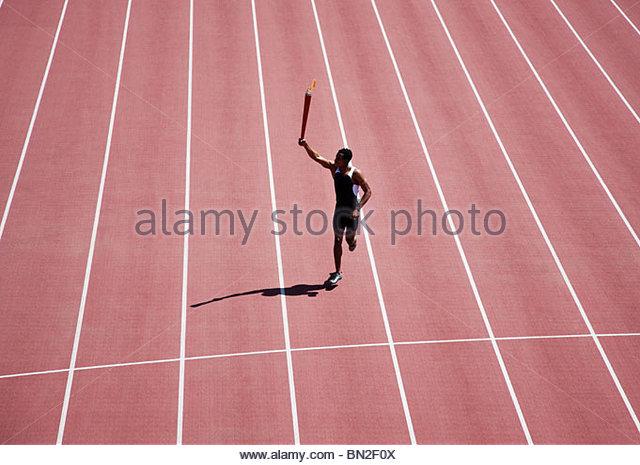 Läufer laufen mit Fackel auf dem richtigen Weg Stockbild