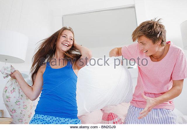 Paare, die Kissen zu kämpfen Stockbild