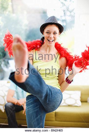 Frau tanzt in Hut und Federboa Stockbild