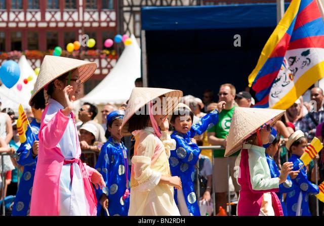 FRANKFURT - 26 JUNI. Drei junge chinesische Mädchen jubeln bei der Parade der Kulturen. 26. Juni 2010 in Frankfurt Stockbild