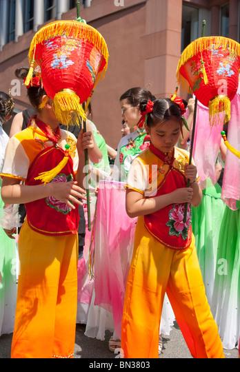 FRANKFURT - 26 JUNI. Parade der Kulturen. Typische chinesische Kostüme. Stockbild