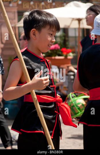 FRANKFURT - 26 JUNI. Parade der Kulturen. Chinesische junge mit Tracht. Stockbild