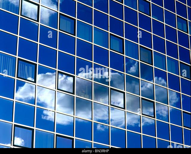Reflexion der Wolken auf Fensterscheiben Stockbild