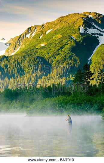 Angler Fliegenfischen für Regenbogenforellen in Portage Tal an einem nebligen Morgen, Alaska Stockbild