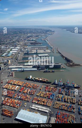 Liverpool Docks und den Fluss Mersey aus der Luft, North West England, mit der Stadt hinter Stockbild