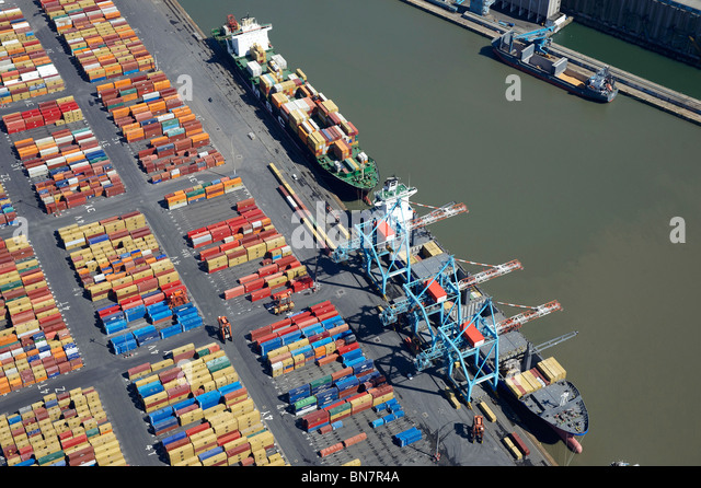 Schiffe laden in Bootle Docks, Liverpool, aus der Luft, North West England Stockbild