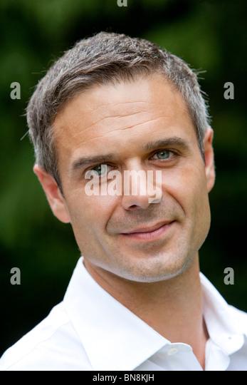 Mann der 30er Jahre Kopfschuss Stockbild