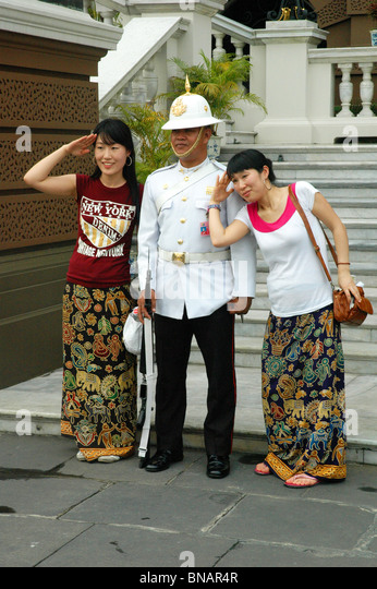 Gut gelaunt Royal Guard Posen mit den Besuchern des Grand Palace Bangkok Thailand Stockbild