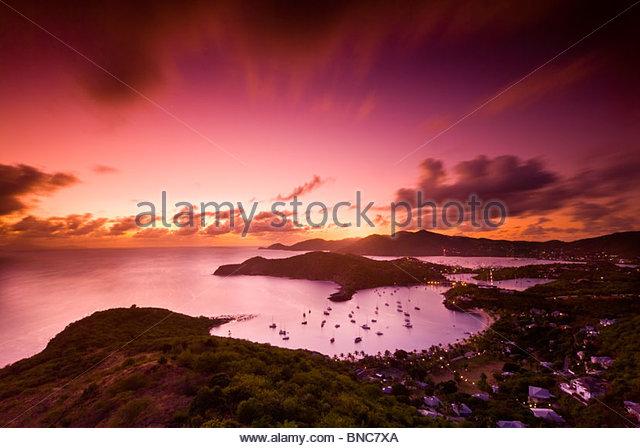 Blick von English Harbour bei Sonnenuntergang von Shirley Heights, Antigua, Leeward-Inseln, Karibik. - Stock-Bilder