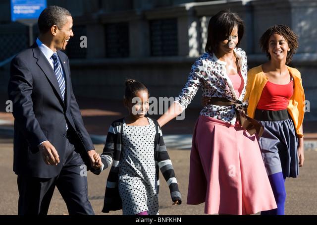 Präsident Barack Obama und First Lady Michelle Töchter Sasha und Malia Fuß entlang der Pennsylvania Stockbild