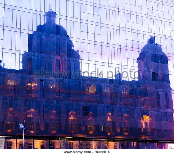 Port of Liverpool Building spiegelt sich im neuen Liverpool Museum Liverpool England UK in der Dämmerung Stockbild