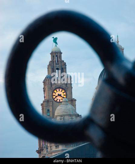 Pier Head und die drei Grazien Liverpool England UK in der Dämmerung Stockbild