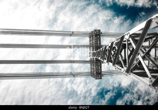 Strom-Linien-Turm und Hochspannungskabel Stockbild