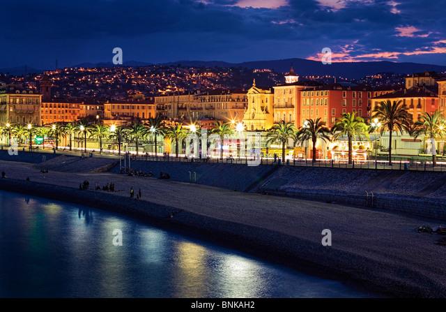 Abend am Strand an der Promenade des Anglais in Nizza an der französischen Riviera (Côte d ' Azur) Stockbild