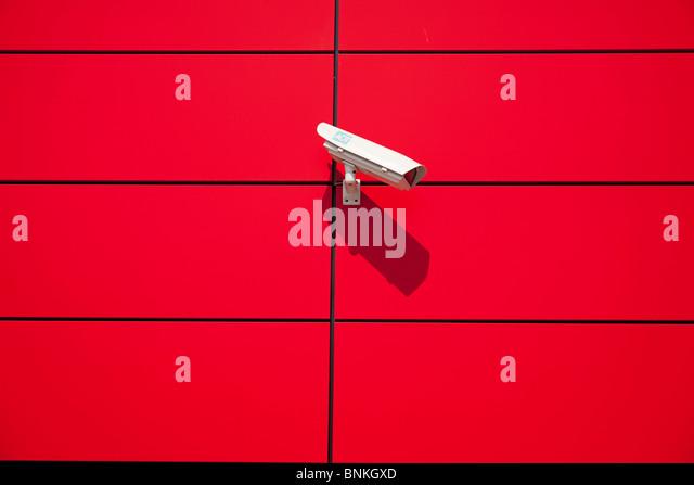 Überwachungskamera an einer roten, moderne Hausfront Stockbild