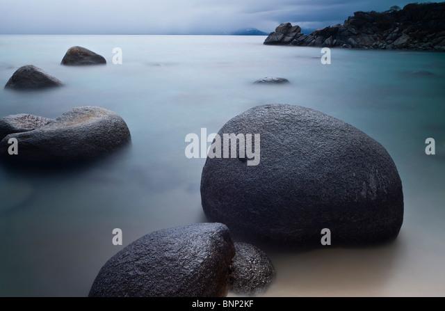 Felsbrocken und stilles Wasser im Hidden Beach, Lake Tahoe, Nevada, USA Stockbild