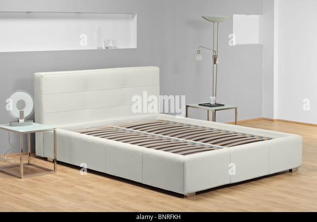 Blick auf ein Bett ohne Matratze Stockbild