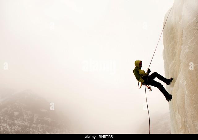 Ein Mann Eisklettern. Stockbild