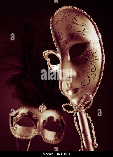 Zwei schöne venezianische Masken auf schwarzem Hintergrund rot Stockbild