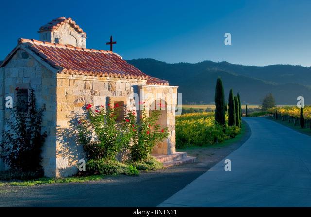 Kleine Kapelle mit Rosen am Eingang des Castello di Amorosa. Napa Valley, Kalifornien. Eigentum freigegeben Stockbild