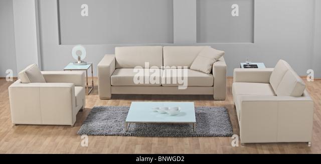 Einem modernen minimalistischen Wohnzimmer mit weißem Ledermöbel Stockbild