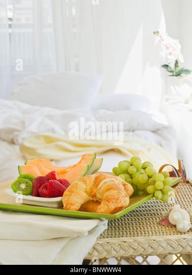 Frühstückstablett in Schlafzimmer Stockbild