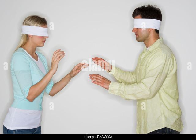 Mit verbundenen Augen paar auf der Suche nach einander - Stock-Bilder