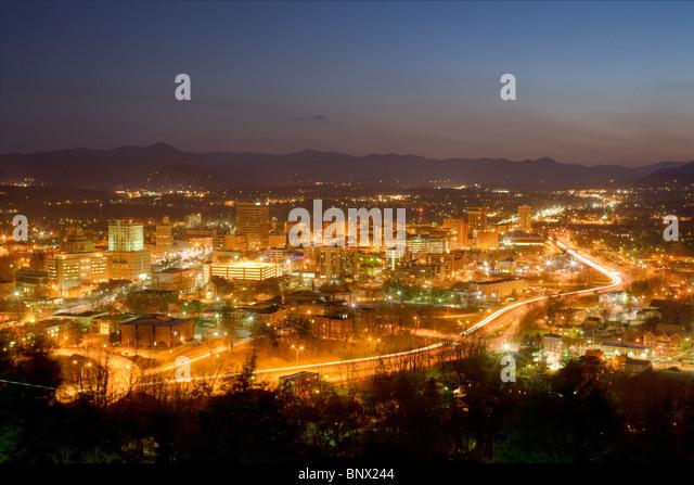 Skyline der Stadt von Asheville, North Carolina, eingebettet in den Blue Ridge Mountains Stockbild