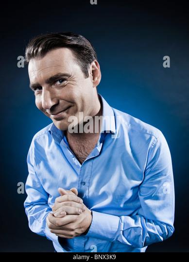 kaukasischen Mann hinterhältig isoliert Portraitstudio auf schwarzem Hintergrund Stockbild