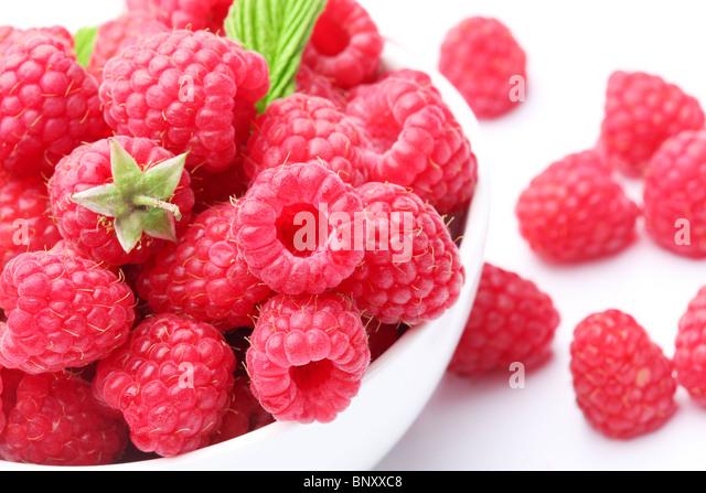 Geschirr mit schönen verlockend Himbeeren... Einige Erdbeeren auf Rückseite. Stockbild