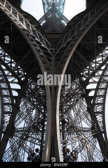 Eiffelturm, Paris, Frankreich, niedrigen Winkel Ansicht Träger zu unterstützen Stockbild