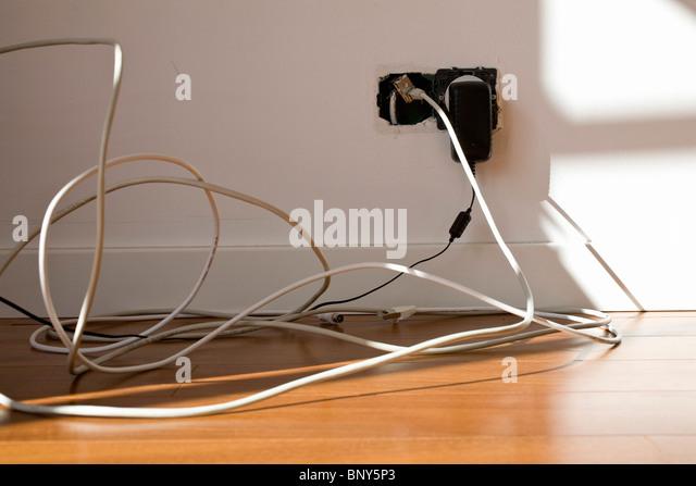 Elektrokabel in exponierten Steckdose eingesteckt Stockbild