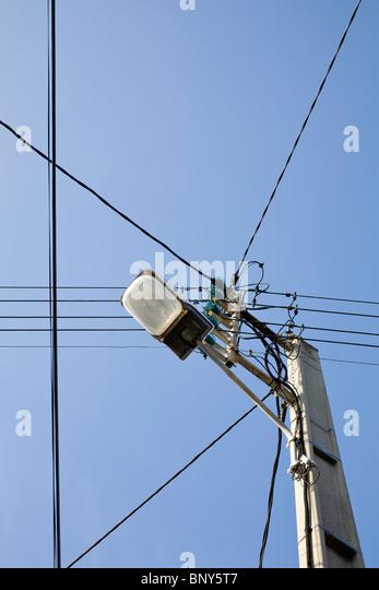 Elektrische Post mit Straße Licht, niedrigen Winkel Ansicht Stockbild