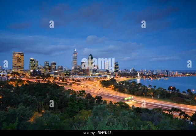 Abenddämmerung Ansicht von Perth vom Kings Park. Perth, Western Australia, Australien. Stockbild